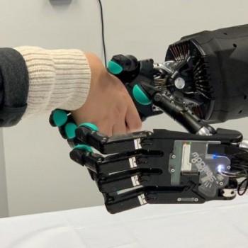 在Festo体验中心动手使用触觉遥控机器人